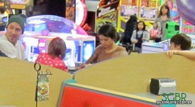 selena gomez e Justin Bieber passam o dia em espaço para crianças..