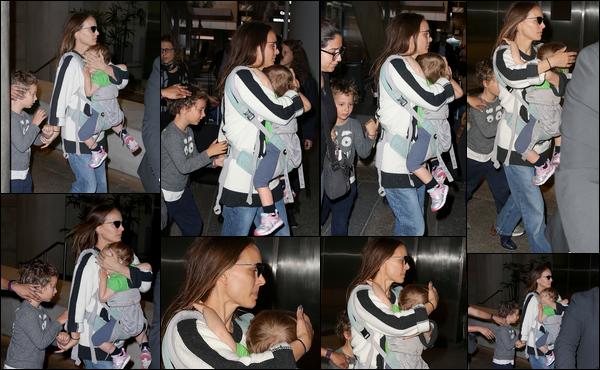 02.12.2018 : Natalie est de retour d'Australie et a été aperçue avec ses enfants à l'aéroport de Los Angeles