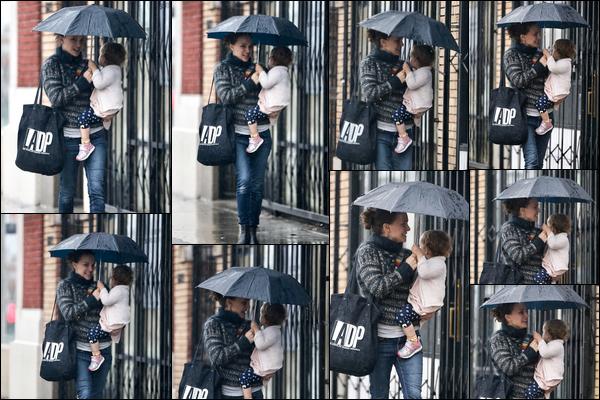02.02.2019 :Natalie Portman a été aperçue avec sa fille Amalia dans les bras allant déjeuner à Los Angeles C'est sous une pluie battante et parapluie à la main que Natalie P. était avec sa fille - décidément elle enchaîne les sorties ces temps-ci !