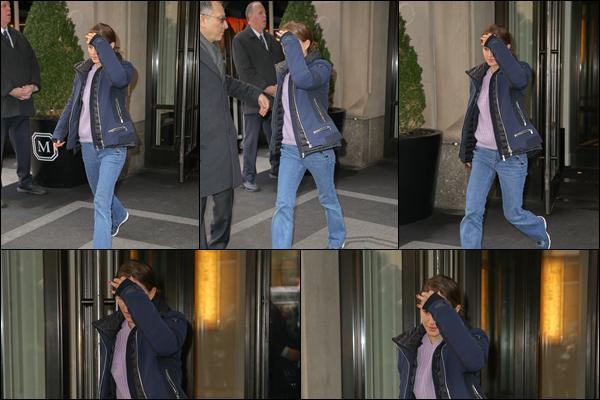 19.02.2019 :Natalie Portman seule a été aperçue quittant le « Mark Hotel » situé dans la ville de New York Natalie P. ne tenait visiblement pas a être prise en photo puisque elle prend soin de se cacher le visage - elle avait une tenue simple