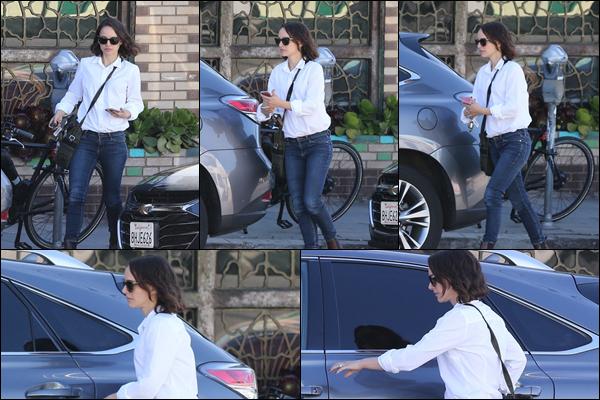 12.03.2019   ▬ Natalie Portman cette fois-ci seule a été aperçue allant prendre son petit déjeuner à Los Feliz  J'aime beaucoup la tenue que porte Natalie composée d'un chemisier blanc et d'un jean c'est un beau top pour ma part