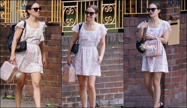 ● 27/03/2021 : Natalie Portman a été photographiée faisant du shopping dans la ville de Sydney (Australie)   Natalie était absolument radieuse lors de cette sortie, elle portait une magnifique robe rose, je lui accorde un beau top