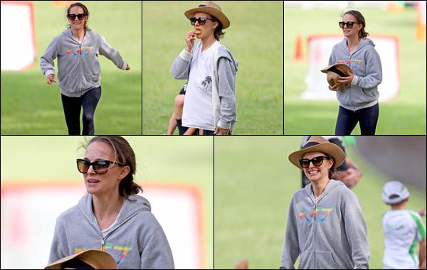 ● 01/03/2021 : Natalie Portman à été aperçue regardant un match de football à Sydney situé en  Australie...  Natalie a profité d'un moment de détente sur la pelouse pour manger un petit gâteau. C'est un flop pour sa tenue