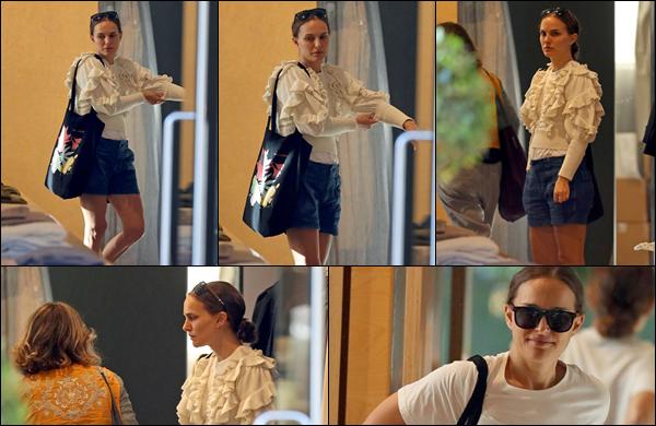 ● 08/05/2021 : Natalie Portman faisait du shopping à Zimmerman dans Paddington à Sydney en Australie  .... Personnellement je n'aime pas vraiment sa tenue qui ne l'a met absolument pas en valeur c'est un flop pour moi