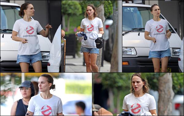 ● 01/04/2021 : Natalie Portman a été photographiée se promenant dans la ville de Sydney située en Australie   Natalie portait un tee-shirt Ghostbusters ainsi qu'un short en jean, sa tenue et sa coiffure ne l'a met pas en valeur  flop