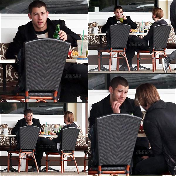 . Nick Jonas|| Nick a été vu dans les rues de Berverly Hills avec un ami. || 20/01/16 .