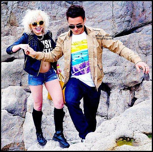 26.04.2013 - Tom posait avec une des danseuses de l'émission Splash.