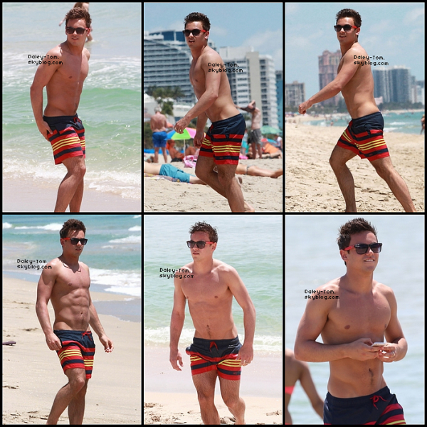 07.05.2013 - Tom prenait du bon temps à la plage accompagné de quelques amis à Fort Lauderdale en Floride.