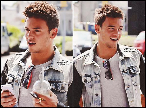09.06.2013 - Tom se promenait dans Plymouth et a posé avec une fan.