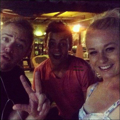 09.08.2013 - Encore des photos de Tom & Sophie en Thailande. On voit que Tom s'essai aux spécialité locales.