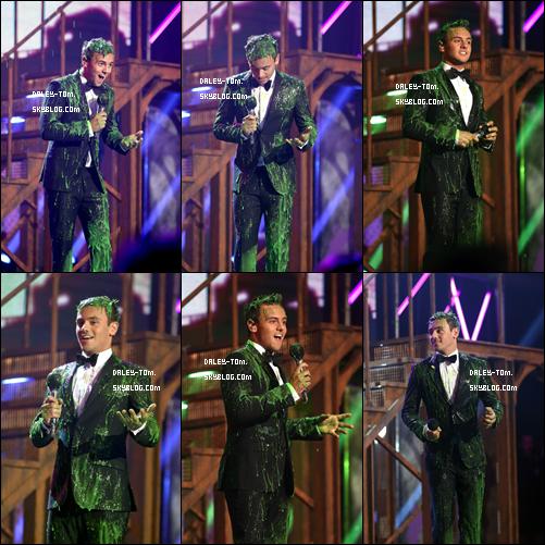"""07.09.2013 - Tom était aux Nicklelodeon's pour présenter le prix du """" Fruit Shoot Skills Awards"""". Il a recu le fameux Slime-Dunk."""