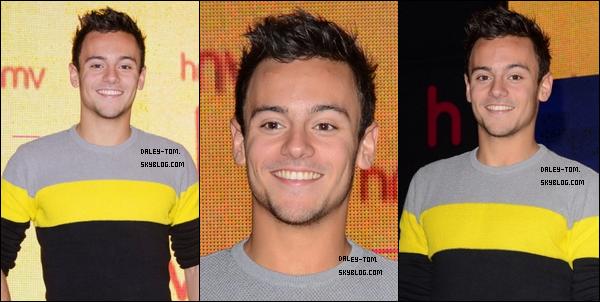 10.11.2013 - Tom faisait la promotion de son calendrier au HMV Oxford Street, a Londres.