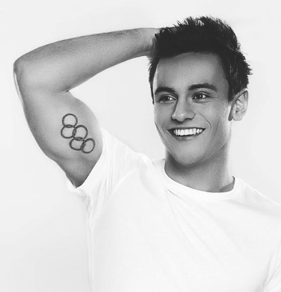 02.12.2013 - Tom a fait son coming-out sur Youtube, nous dévoilant ainsi son homosexualité.