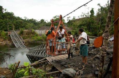 Les colons arrivent par la route et les pont pour détruire la nature.