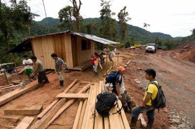 Voila quelques colons, des enceins Shuars et le Trafic illegal de bois.