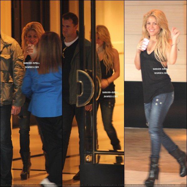.  Le 19/10/10 ~ Shakira a été aperçue quittant son hôtel London à Hollywood..