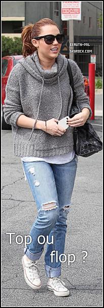 .What is more important than family ?.Catégorie: Candid_________Date: 17 mars 2011_________Lieu: Los Angeles Miley a été aperçue le 17 mars se baladant avec sa mère et sa grand mère, un joli portrait de famille ! Selon Billy Ray Cyrus lui même, son divorce avec Tish la mère de Miley serait annulé a-t-il confié au site E! Oline excellente nouvelle pour Miley.  Plus bas retrouvez des photos de Miley (?) sortant d'une pharmacie de Beverly Hills dans la même journée, mais ce n'est peut être pas Miley ! + photos personnelles: ici & iciCôté tenue: Bien sûr quand on parle de Miley, on parle tenue ! Miley avait optée pour une tenue simple, (comme la Gomez ?) mais j'adore ! Son pull est très joli. Pour la tenue suivante même si on ne sait pas si c'est Miley, qui que ça soit, cette tenue est superbe ! Il y a une seule chose qui cloche c'est la jean bleu mécanicien..