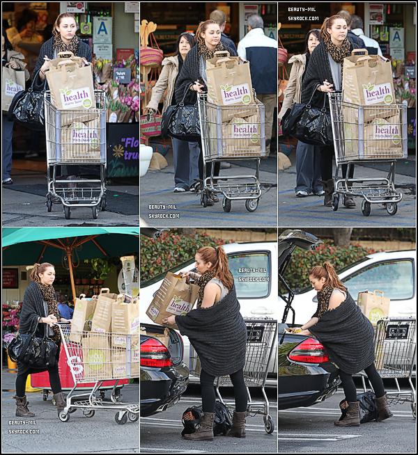 .I ♥ shopping !.Catégorie: Candid_________Date: 18 & 19 mars 2011_________Lieu: Los Angeles  Miley a été aperçue le 18 mars allant faire les magasins dans un centre commercial  avec sa petite soeur Noah, puis ressortant du centre commercial. Le lendemain elle a été aperçue faisant ses courses au Whole Foods à Sherman Oaks. Billy Ray Cyrus a avoué dans son interview dans « The View » jeudi dernier que sa fille Miley travaillait déjà sur un nouvel album ! On peut également supposer qu'une collaboration avec Dr. Luke (qui a produit « Party In The USA » et « The Time of Our Lives ») est en cours, ce qui promet d'immenses tubes ! Toujours côté musique, le frère de Miley, Trace Cyrus, a confié sur son Twitter il y a quelques jours qu'ils songeaient enregistrer un nouveau duo ensemble. Avant cet album, le single « Every Rose Has Its Thorn » devrait sortir en single aux USA dans les mois à venir. Elle qui voulait mettre entre parenthèses sa carrière musicale la voici relancée dans le show-business, on a hate du prochain album ! + Quelques dates de la tournée 2011 de Miley ! Côté tenue: Pour le 18 mars Miley portait une tenue vraiment moche ! Avec son legging qu'elle met tout le temps et qui commence à me gaver, un t-shirt loose gris; Selena, sors de ce corps ! Mais en ressortant la belle et pétillante Miley portait une autre tenue. Waouh magique, une heure dans un centre commercial et la voilà bien habillé ! J'adore toute la tenue. Pour le 19 mars elle portait une tenue pas géniale avec ses bottes de la veille dont je ne crache pas dessus toujours son legging avec son foulard léopard grr le tout accordé avec un gros gilet et un t-shirt loose gris (encore)..