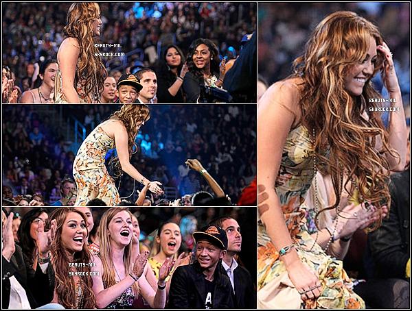 .02/04/11 Miley s'est rendu à la cérémonie des Kids Choice Awards au Galen Center à L.A.Miley était tout simplement magnifique ! Sa robe est sublime et elle la porte tellement bien. Notre Miley préférée a reçu le prix de la meilleure actrice de film face à Emma Watson, Kristen Stewart et Ashley Judd. Congrats. :) Elle a également posé dans les backstage avec Fergie des BEP, et Kéké Palmer..