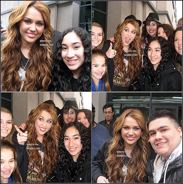 .08/04/11 Miley à l'aéroport de LAX, rentrant de son court séjour à Chicago.En effet Miley est vite rentré à L.A. Comme vous le savez c'était pour enregistrer une émission pour le Oprah Winfrey Show. Et Miley n'était pas seule, elle était accompagné de d'autres artistes, telles que Joan Jett, Sheryl Crow, Avril Lavigne et d'autres encore. Retrouvez plus bas de nouvelles photos perso' qu'elle a posté sur Twitter. Pour ce qui est de la tenue de Miley, j'adore! Son pantalon en cuir donne une touche très rock à le tenue en plus de la veste clouté qu'elle tient au bras. .