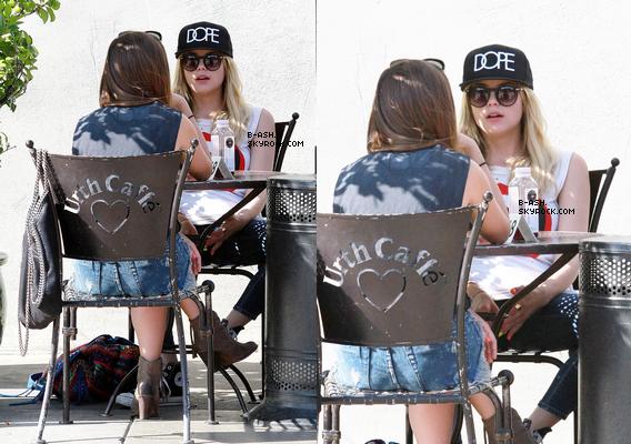 25/04 - Ash' et Haley Pharo étant au Urth Café, à Los Angeles