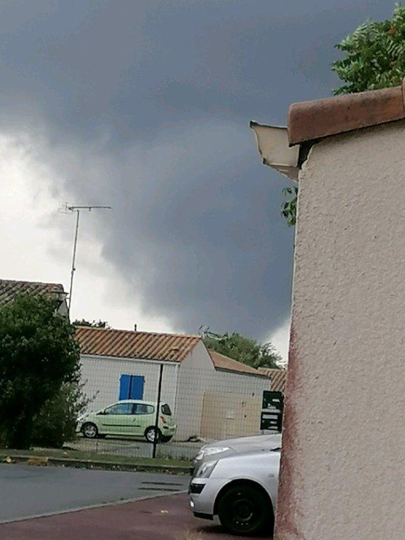 Tornade de Charente-Maritime qui passe tout près de chez moi Rochefort Charente-Maritime 23/09/2020 16h50, dommage on ne vois pas la base elle venait de dévasté Port des barque et foncé sur fouras