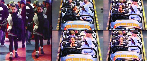 -08/04/2018- ─ Ariana Grande a été photographiée alors qu'elle était au parc «Disneyland» étant dans la ville à Anaheim.Notre magnifique chanteuse était en compagnie de quelques amis à elle. Cela fait plaisir d'avoir un peu de news d'elle ! Sa tenue est un top de ma part !