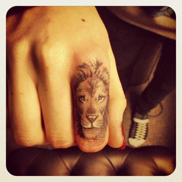 le nouvo tatooage de cara delevingne