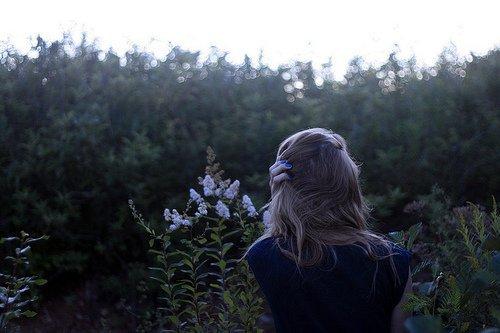 Tu te blesses à sourire comme un dernier soupir, Tu t'accroches puis tu ignores entaché aux remords.