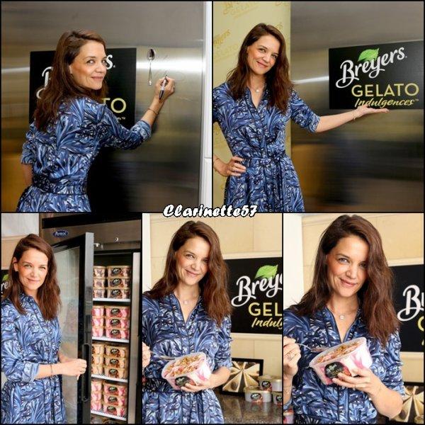 Katie pose pour Breyers Gelato Indulgences Hospitality Lounge - le 27 Février -