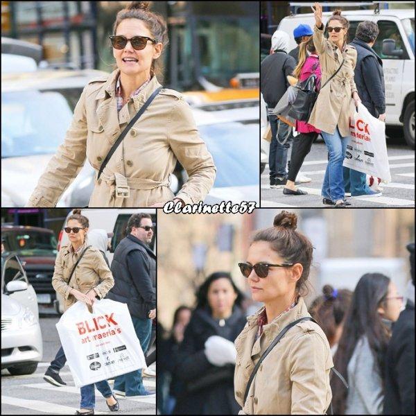 Katie a été faire quelques emplettes à New York - le 19 Mars -