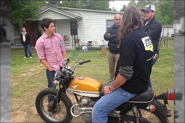 ' Voici quelques photos de Nick Jonas sur le tournage de « CWYWF » datant de ces 3 derniers jours. CWYWF est un thriller, Nick ne chantera pas dans ce film et des scènes hot le mettant en scène apparaîtront. (via @CWYWF) '
