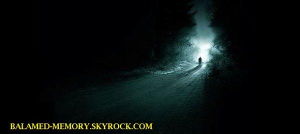 FANTOME/PARANORMALE/SOCIETE : Un mystérieux homme en noir au milieu de la route