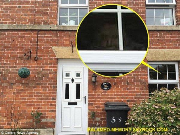 FANTÔME/PARANORMALE/SOCIÉTÉ : Un fantôme apparaît à la fenêtre de sa maison