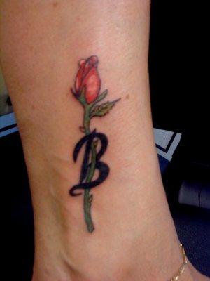 Petite Rose Avec Son Initiale Tatouage