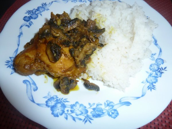 Poulet aux champignons accompagné de riz blanc