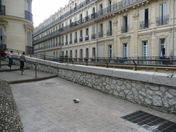 en contre bas la rue Triquet sur photo à droite la rue Louis Astouin à gauche la rue des Carmelins toutes deux en escaliers; Photo marseillepassion du 23 sept 2010