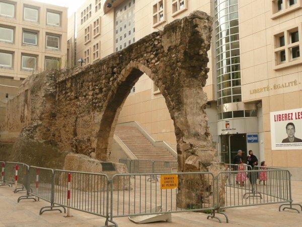 rue Ste Barbe, reste de l'acqueduc datant du moyen âge   photo marseillepassion du 23 sept 2010