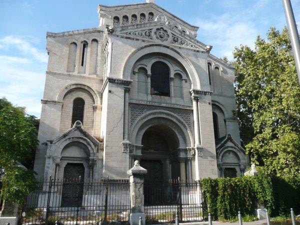 Eglise St Martin d'Arenc rue Mires. Style romano-byzantin. Architecte Dupoux. Contruite en grande partie en pierres de Cassis ce qui ne l'a pas épargnée de l'état de décrépitude ds laquelle elle se trouve depuis des années, elle est d'ailleurs menacée de destruction aujourd'hui.     Photo marseillepassion du 20 sept 2010