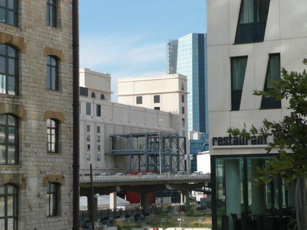 Un beau mélange de style architectural d'un siècle à l'autre autour du site Euroméditérranée.   Photo marseillepassion du 20 sept 2010