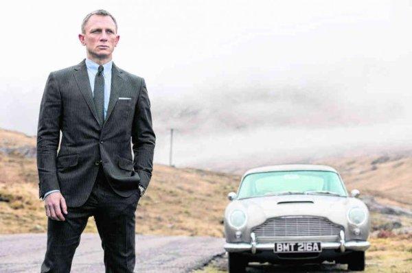 """Le fameux maillot que portait dans """"Casino Royale"""", Daniel Craig, bientôt à l'affiche de son 3e James Bond, """"Skyfall"""", a été vendu aux enchères. En le présentant, Judi Dench a précisé qu'il n'avait """"pas été lavé""""..."""