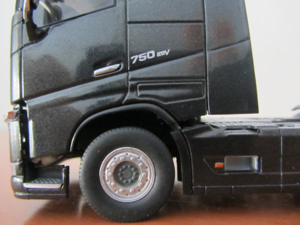 VOLVO FH16 750 GLOBETROTTER  ( Remplacement d'une roue )