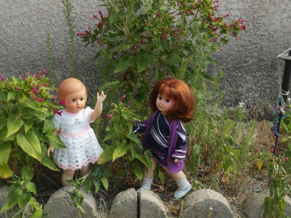 Françoise et Marie-Françoise s'amusent bien dans le jardin de papi