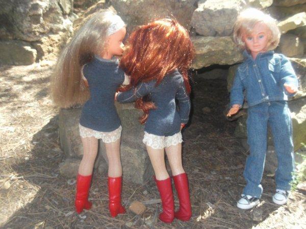 Jerry s'approche très doucement pour ne pas brusquer les deux charmantes demoiselles....