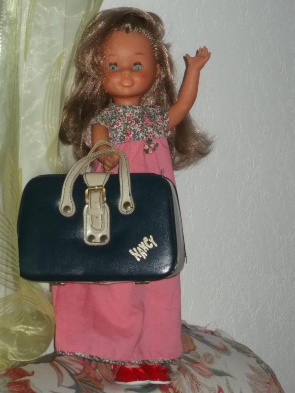 Nancy vous souhaite avec moi une belle et douce journée ; Nancy aimerait bien partir en vacances mais je lui ais dis qu'il fallait encore attendre un peu  , qu'elle peut commencer à faire sa valise mais petit à petit. Elle est toute contente!