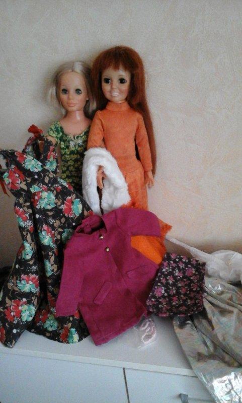 Comme Kerry arrive d Angleterre sans aucune tenues, Crissy mais aussi Cathy, elles lui proposent d essayer pleins de robes!i