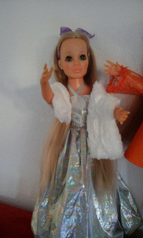 De plus près Kerry en robe de soirée. ......