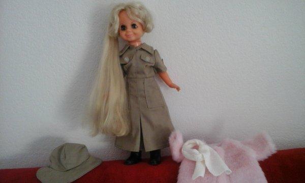 Corole m a donné son joli manteau tout chaud une écharpe et des bottes et Cathy sa robe Caki son chapeau...