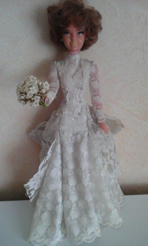 Comme Babette ne trouve pas  sa moitié , elle a pensé que sa belle robe de mariée sera parfaite pour une soirée  de gala dans la principauté de Monaco.