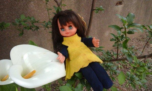 Ma petite fifille prend une pause parmi les fleurs. Je pense que c est une poupée Furga? Mais j en suis pas sure j attend vos avis merci les amies et bon week end